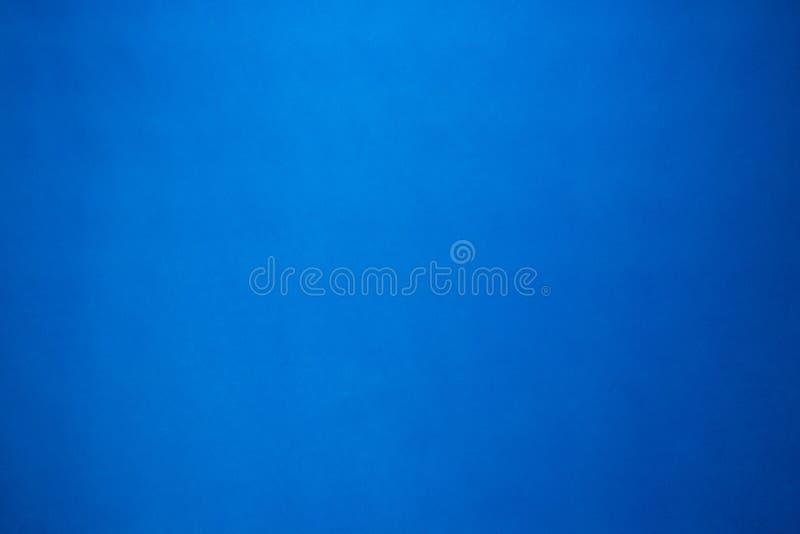 Fondo azul de la textura de la hoja del papel del color de la pendiente Papel pintado en blanco en el concepto fresco del tono pa imagen de archivo