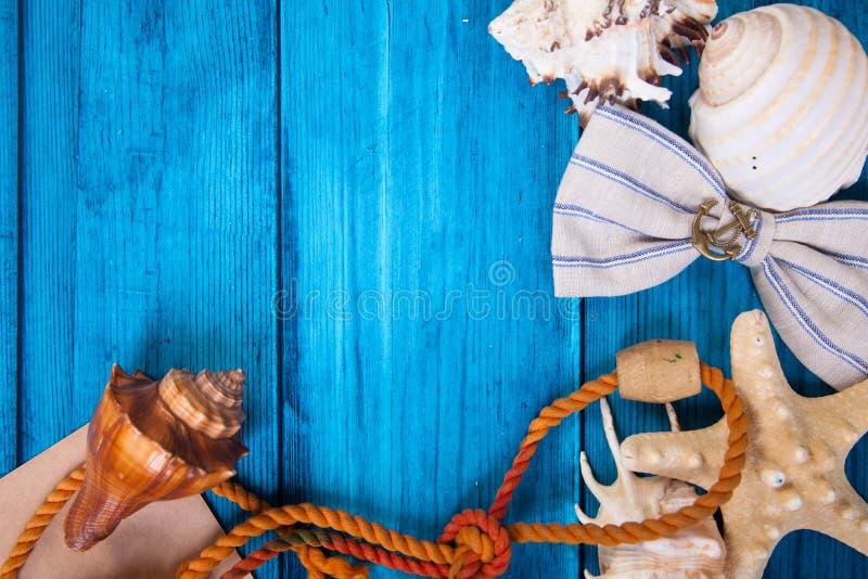 Fondo azul de las vacaciones de verano con el espacio para hacer publicidad y el tema marítimo foto de archivo