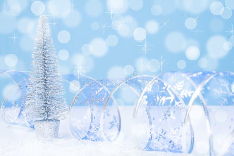Fondo azul del bokeh del árbol de navidad de plata foto de archivo