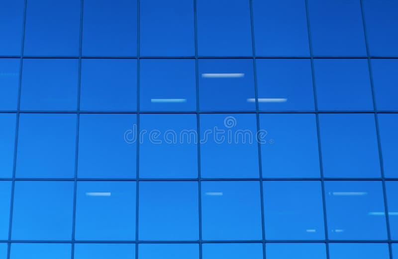 Fondo azul del edificio del rascacielos de la oficina de las ventanas de cristal foto de archivo