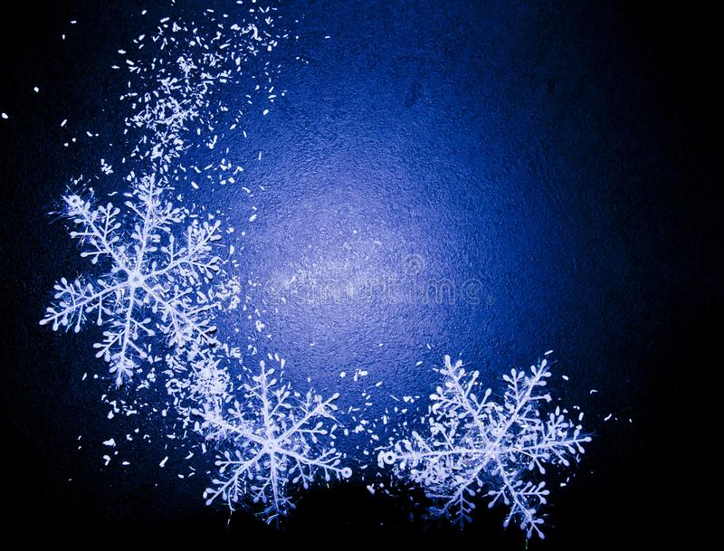 Fondo azul del invierno con los copos de nieve imagen de archivo