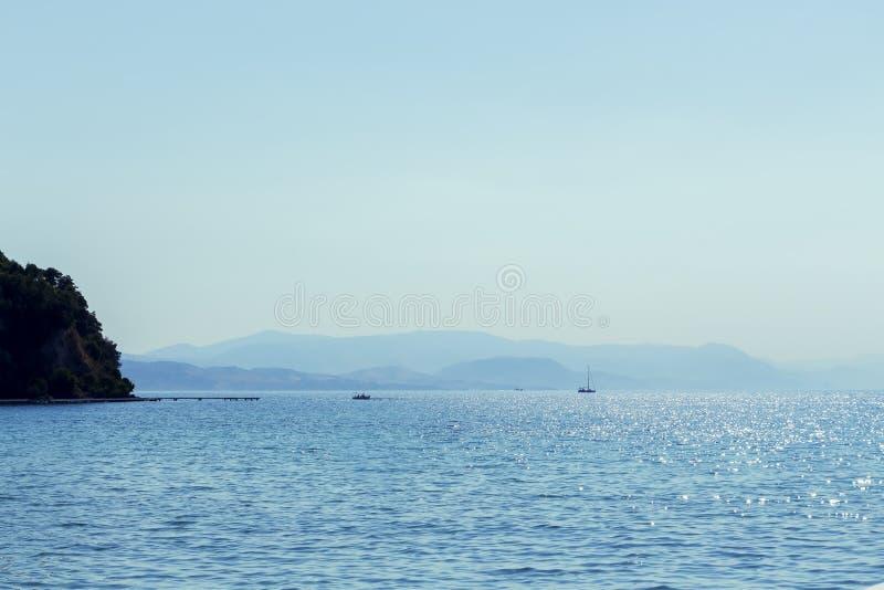 Fondo azul del mar y de las montañas fotografía de archivo
