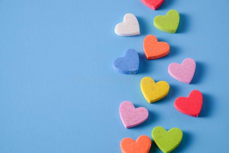 Fondo azul llano con poco corazón imágenes de archivo libres de regalías