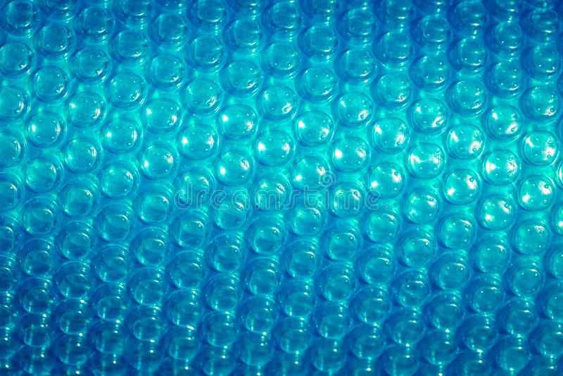 Fondo azul plástico de la textura del plástico de burbujas, cierre para arriba imagenes de archivo