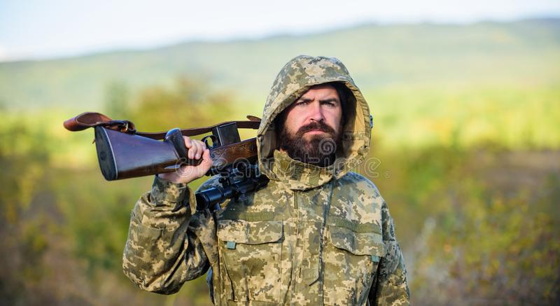 Fondo barbudo de la naturaleza del rifle del cazador El gran juego de la caza requiere típicamente la etiqueta que cada animal co imagen de archivo