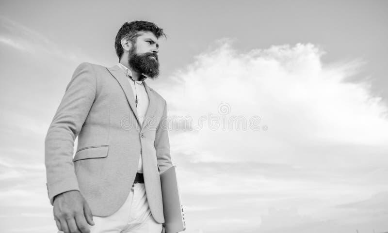Fondo barbudo del cielo de la cara del hombre de negocios Nueva dirección del negocio Curso cambiante Buscar oportunidades y nuev fotos de archivo