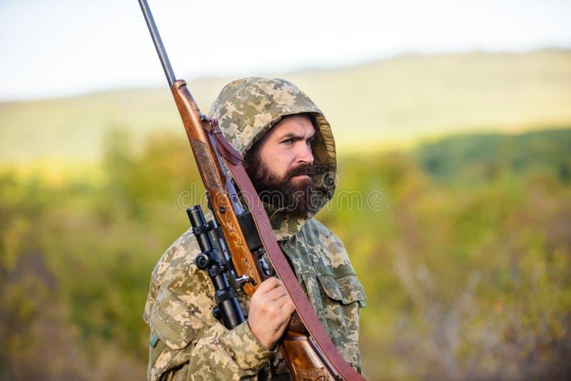 Fondo barbuto della natura del fucile del cacciatore L'esperienza e la pratica presta la caccia di successo Cercando gran gioco t fotografia stock
