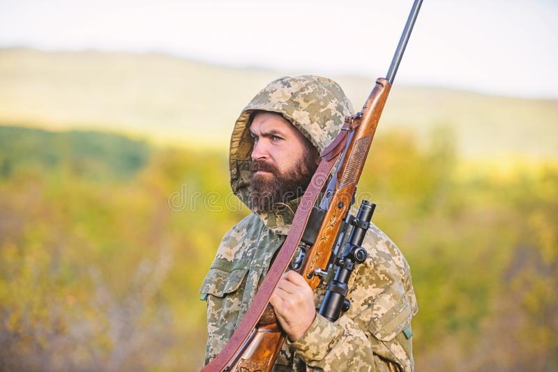 Fondo barbuto della natura del fucile del cacciatore L'esperienza e la pratica presta la caccia di successo Cercando gran gioco t fotografie stock