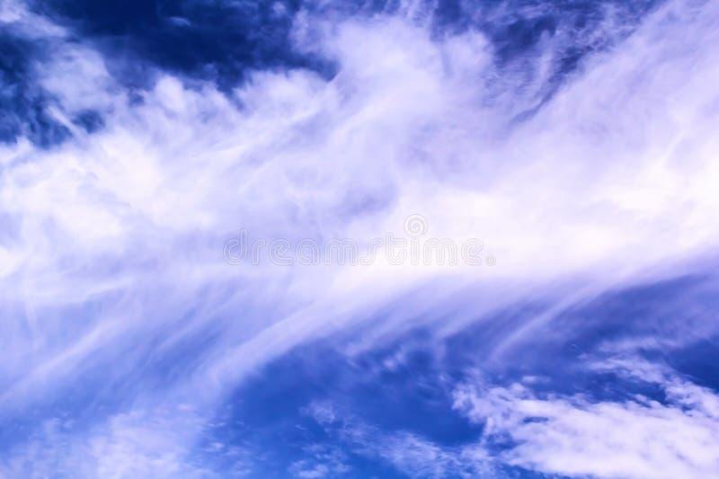 Fondo bianco astratto del cielo blu e nuvoloso immagini stock libere da diritti
