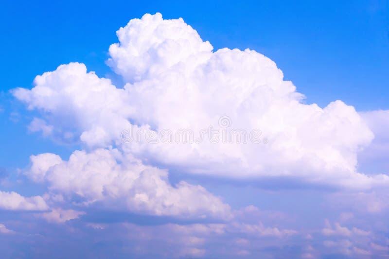 Fondo bianco astratto del cielo blu e nuvoloso fotografie stock libere da diritti