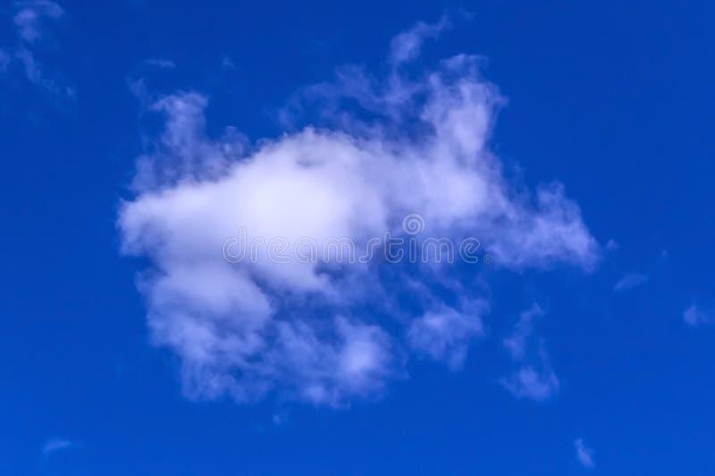 Fondo bianco astratto del cielo blu e nuvoloso immagine stock