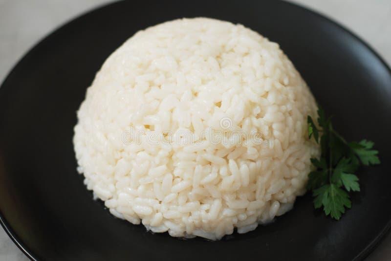 Fondo bianco bollito cucinato caldo del nero di Ricen, isolato fotografie stock