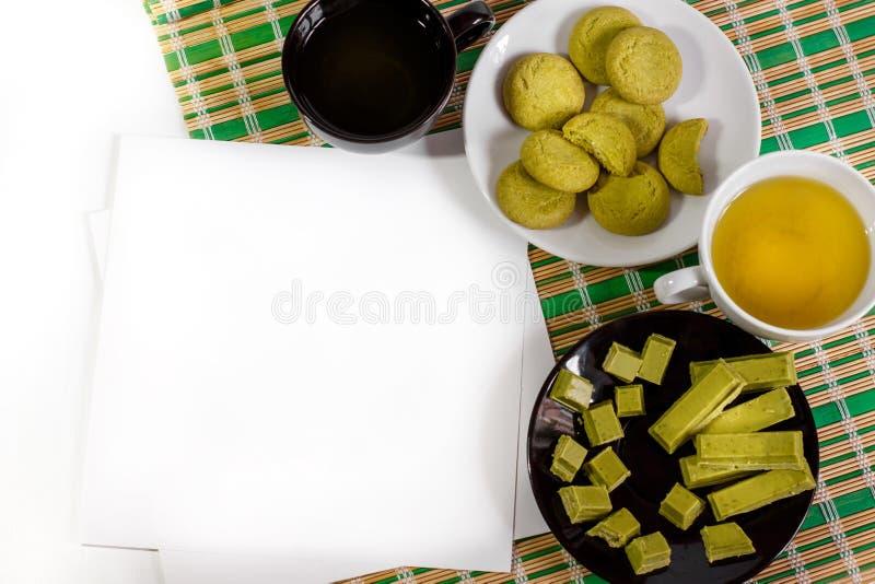 Fondo bianco con i dolci e il matcha giapponesi del tè immagini stock libere da diritti