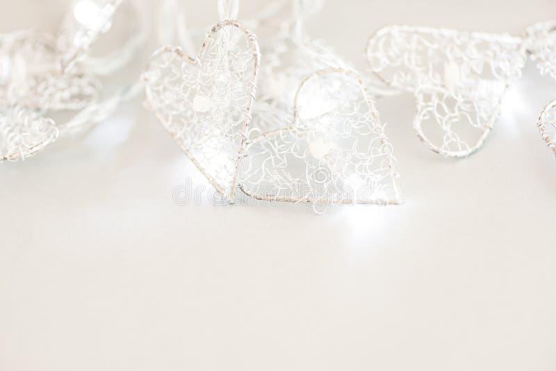 Fondo bianco con una ghirlanda bruciante di Natale Copi lo spazio immagine stock libera da diritti