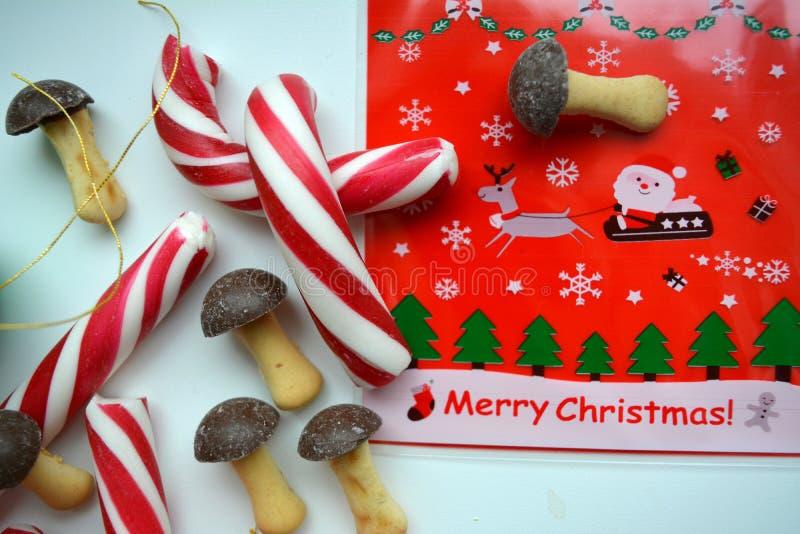 Fondo bianco decorativo di vista superiore della caramella dei regali del nuovo anno e di Natale immagine stock