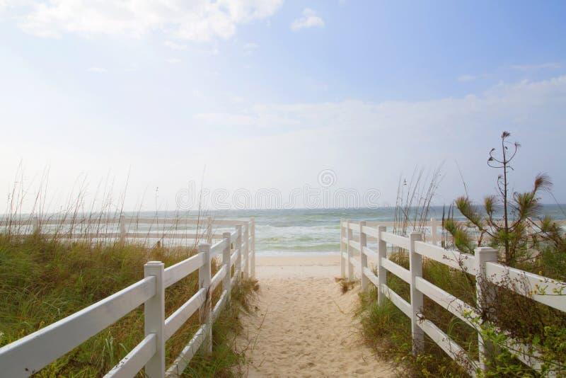 Fondo bianco della spiaggia e del recinto fotografia stock libera da diritti
