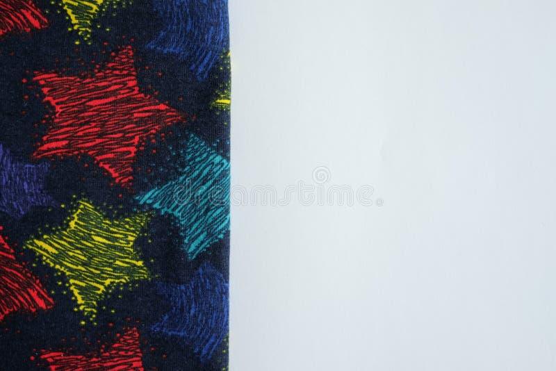 Fondo bianco della tavola con il tessuto Copi lo spazio per testo fotografia stock libera da diritti