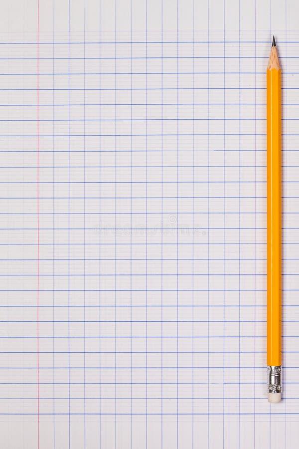 Fondo bianco dello strato della carta quadrata con la matita fotografia stock