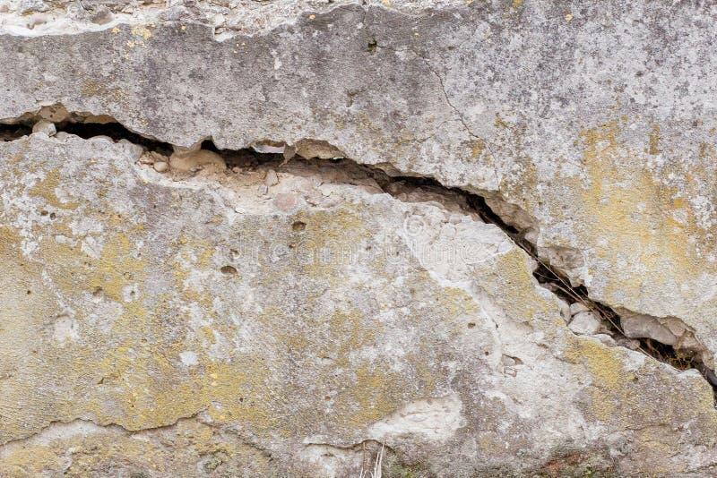 Fondo bianco incrinato di struttura della parete, parete molto vecchia con una crepa su  immagini stock libere da diritti