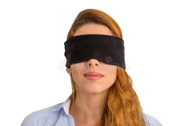 Fondo bianco isolato bendato gli occhi giovane donna del ritratto fotografia stock