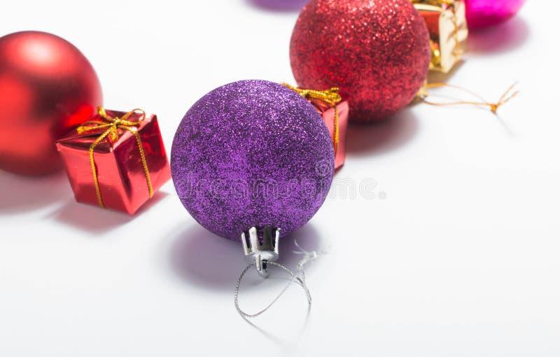 Fondo blanco aislado decoración de la Navidad Rectángulos de regalo rojos y de oro con la bola de la Navidad imagenes de archivo
