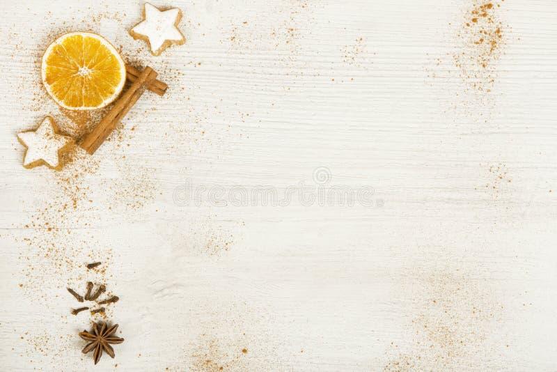 Fondo blanco con la decoración de la Navidad foto de archivo