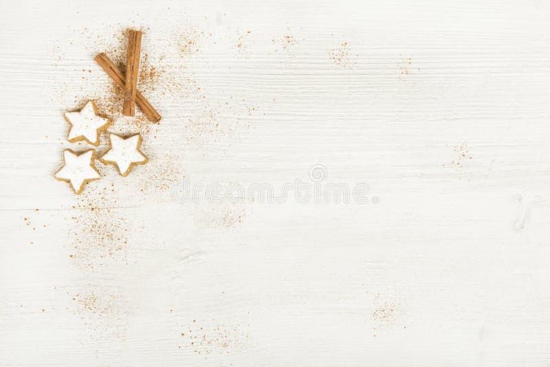 Fondo blanco con las estrellas del canela fotografía de archivo libre de regalías