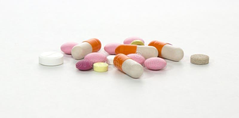 Fondo blanco de la curación de la medicina de la cápsula de la píldora imagen de archivo libre de regalías