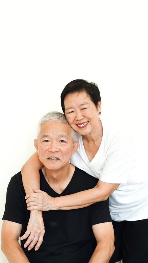 Fondo blanco de la expresión feliz mayor asiática de los pares junto imágenes de archivo libres de regalías