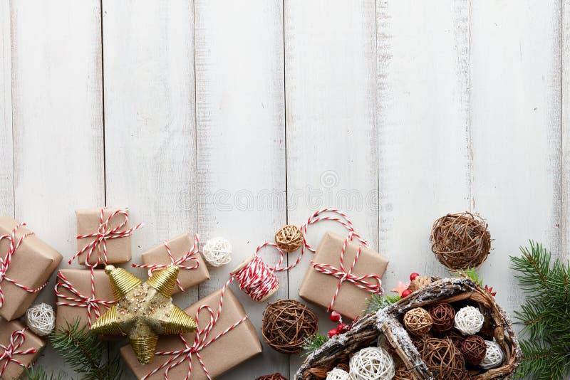 Fondo blanco de la Navidad con los juguetes, las decoraciones y las cajas de regalo fotos de archivo