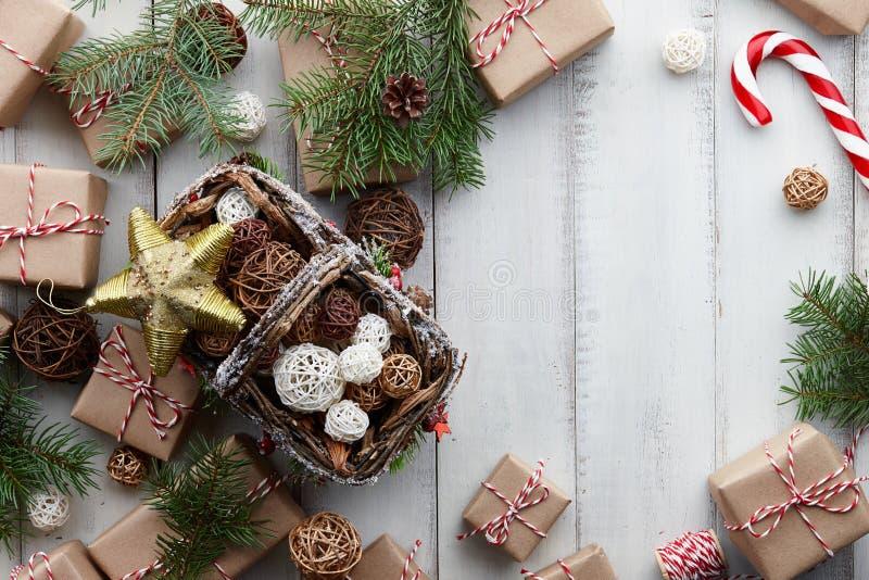 Fondo blanco de la Navidad con los juguetes, las decoraciones y las cajas de regalo imágenes de archivo libres de regalías