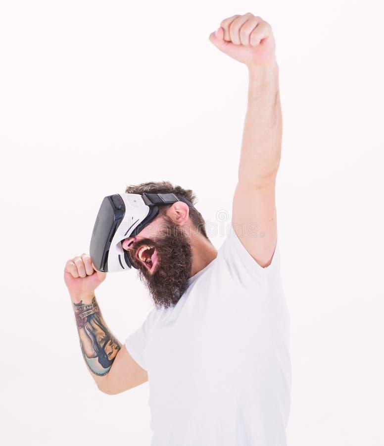 Fondo blanco de los vidrios barbudos del videojugador VR del hombre Concepto cibernético del juego de la realidad Individuo virtu foto de archivo