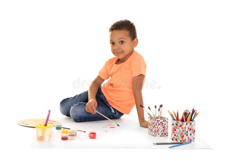 Fondo blanco de pintura del pequeño muchacho afroamericano imagenes de archivo
