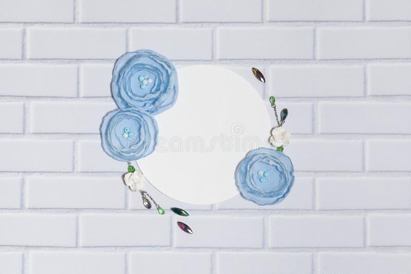 Fondo blanco del círculo con las flores hechas a mano del ranúnculo imágenes de archivo libres de regalías