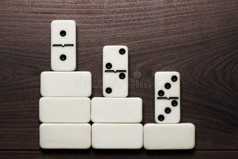 Fondo blanco del concepto del triunfo de los pedazos del dominó imagenes de archivo