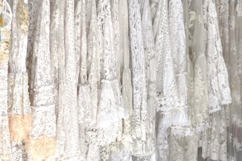 Fondo blanco del cordón, concepto de la boda, moda femenina del verano imagenes de archivo