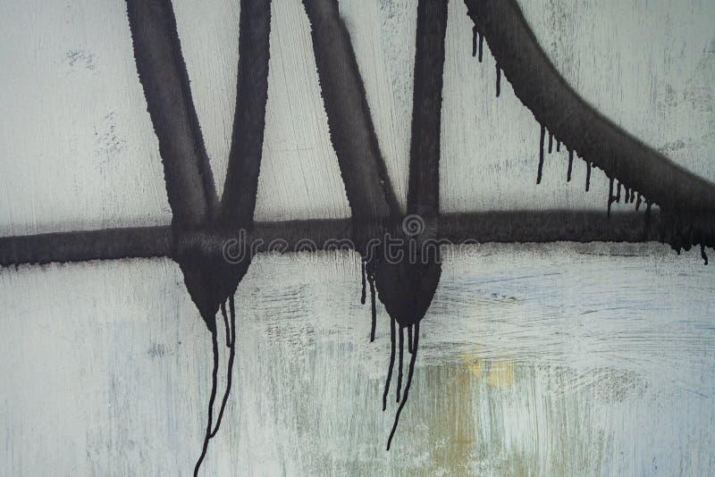 Fondo blanco del Grunge con las líneas de pintura de espray y los storkes que moquea negros fotografía de archivo
