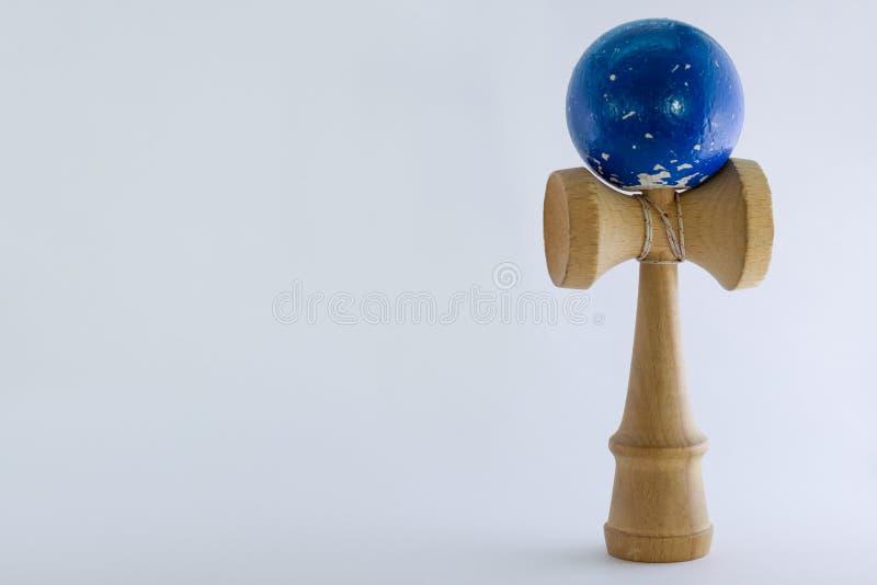 Fondo blanco llano con el juguete de la bola y de la taza foto de archivo libre de regalías