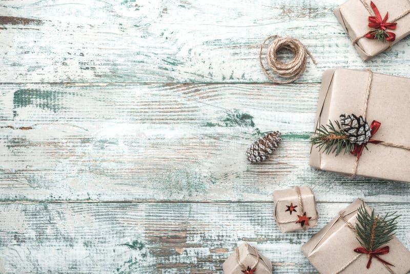 Fondo blanco Objeto del pino Cones Espacio para el mensaje del ` s de Papá Noel Tarjeta de felicitación de la Navidad, la Navidad fotografía de archivo libre de regalías