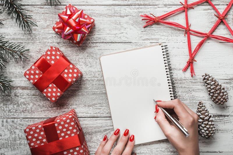 Fondo blanco rústico Brad y conos decorativos Estilo moderno Carta a Santa ` S Eve de la tarjeta, de la Navidad y del Año Nuevo d foto de archivo