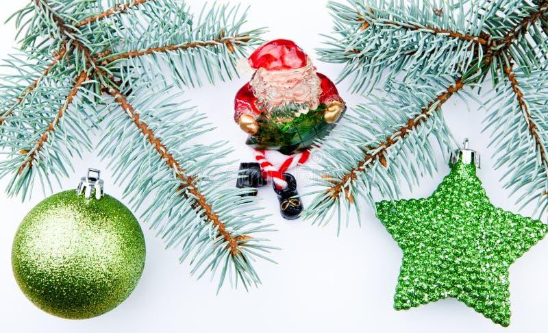 Fondo blanco verde del árbol de abeto de Santa Claus de la estrella de la bola de los juguetes del Año Nuevo foto de archivo libre de regalías