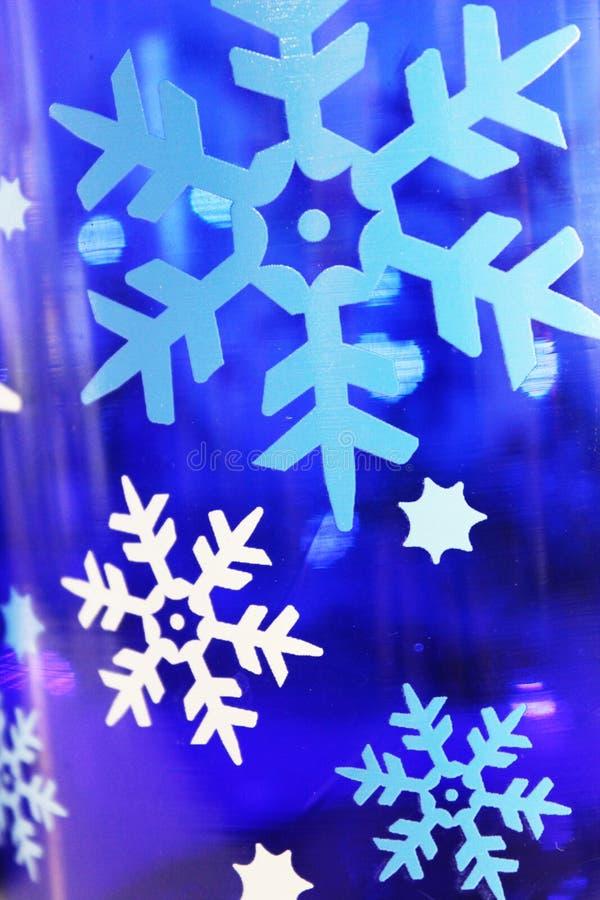 Fondo blanco y azul del copo de nieve o fondo del día de fiesta fotos de archivo