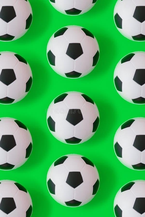 Fondo blanco y negro de muchos balones de fútbol Bolas del fútbol en un agua stock de ilustración