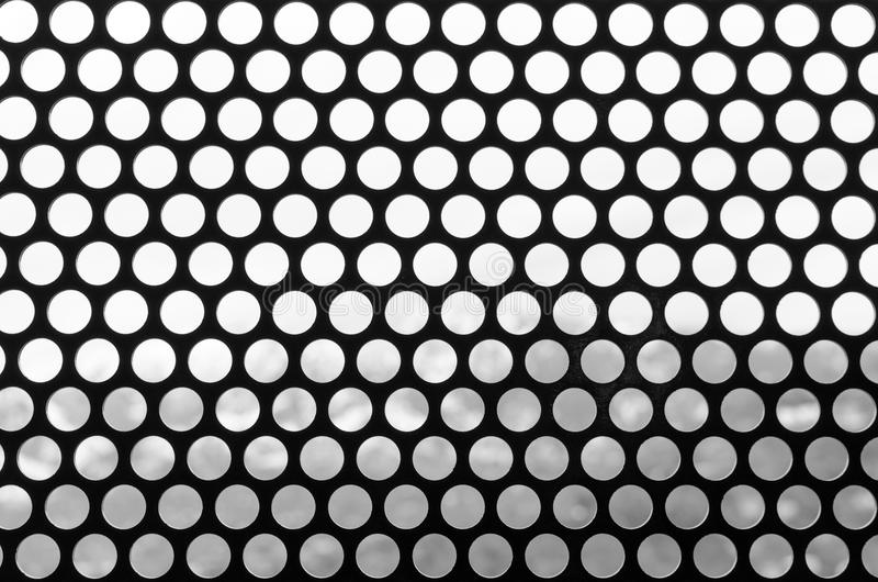 Fondo blanco y negro de una rejilla de manchado Modelo del estilo redondo del vintage de los agujeros Foto para el resbalador del fotos de archivo libres de regalías