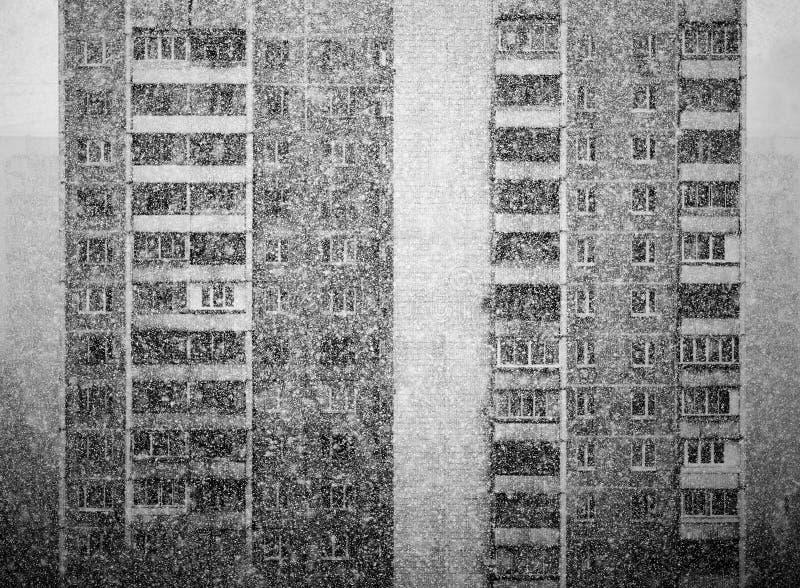 Fondo blanco y negro vertical de la ciudad que nieva foto de archivo libre de regalías