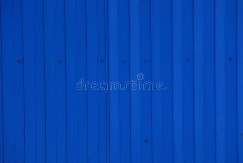 Fondo blu del metallo da un frammento di vecchia parete nel recinto fotografia stock libera da diritti