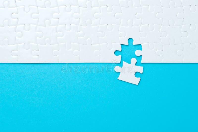 Fondo blu fatto dal puzzle fotografie stock