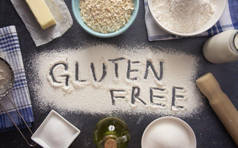 Fondo bollente con glutine scritto liberamente nella farina fotografia stock libera da diritti