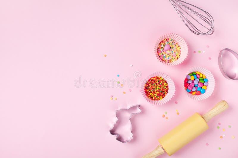 Fondo bollente di Pasqua con gli strumenti della cucina per la vista superiore del forno dolce di festa Disposizione piana fotografia stock
