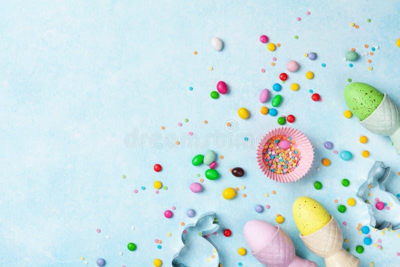 Fondo bollente di Pasqua con gli strumenti della cucina per la vista superiore del forno dolce di festa Disposizione piana fotografie stock